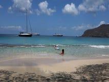 Barn som spelar i det karibiska havet stock video
