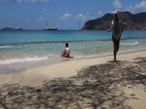 Barn som spelar i det karibiska havet lager videofilmer
