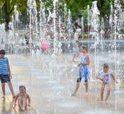 Barn som spelar i härlig modern springbrunn parkerar in, Lublin Arkivbild