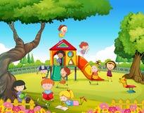 Barn som spelar i lekplatsen Royaltyfri Foto