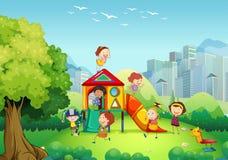 Barn som spelar i lekplatsen Fotografering för Bildbyråer