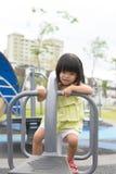 Barn som spelar i parkera Arkivbilder