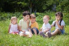 Barn som spelar i parkera Fotografering för Bildbyråer