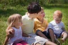 Barn som spelar i parkera Arkivbild