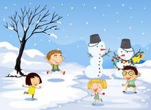 Barn som spelar i snön Arkivfoton