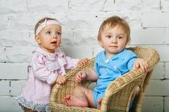 Barn som spelar i trädgård Arkivfoton