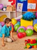 Barn som spelar i ungeklubba inomhus Kurs i grundskola för barn mellan 5 och 11 år Royaltyfri Bild