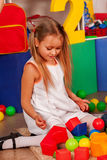 Barn som spelar i ungekuber inomhus Avbrottsskola av barn Arkivfoton