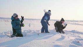 Barn som spelar i vintern i den nya luften, kast kastar snöboll Aktiva utomhus- sportar lager videofilmer