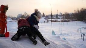 Barn som spelar i vintern på en snökulle Frostig dag för vinter lager videofilmer