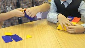 Barn som spelar intellektuelllekar Närbild lager videofilmer