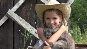 Barn som spelar katten i trädgård som skrattar flickaståenden med kattungen, djura husdjur 4K lager videofilmer