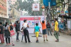 Barn som spelar korgen, klumpa ihop sig på Park gatan, Kolkata Arkivfoton