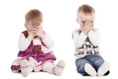 Barn som spelar kurragömma Arkivbild