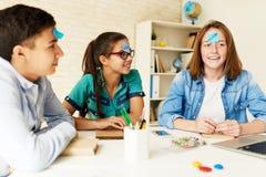 Barn som spelar lekar i klassrum royaltyfri bild