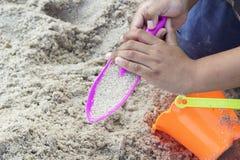 Barn som spelar leksaken på sand Fotografering för Bildbyråer
