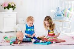 Barn som spelar leksaktebjudningen royaltyfri bild