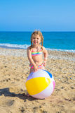 Barn som spelar med bollen på stranden arkivbild