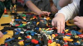 Barn som spelar med byggnadssatsen Närbild arkivfilmer