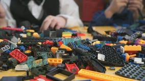 Barn som spelar med byggnadssatsen Närbild lager videofilmer