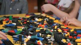 Barn som spelar med byggnadssatsen Närbild stock video