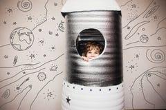 Barn som spelar med den stora handen - gjord raket Arkivbilder