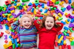 Barn som spelar med färgrika kvarter Fotografering för Bildbyråer
