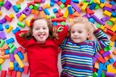 Barn som spelar med färgrika kvarter Arkivfoto