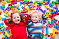 Barn som spelar med färgrika kvarter Royaltyfri Fotografi