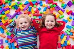 Barn som spelar med färgrika kvarter Royaltyfri Foto