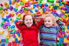 Barn som spelar med färgrika kvarter Royaltyfria Bilder