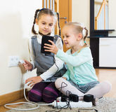 Barn som spelar med håligheter och elektricitet inomhus Arkivbilder