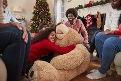 Barn som spelar med jätteTeddy Bear As Multi-Generation Family öppna gåvor på juldagen arkivbild