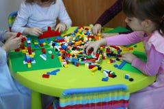Barn som spelar med lego Arkivbild