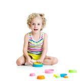 Barn som spelar med leksaker Arkivbild