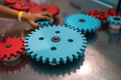 Barn som spelar med leksakkugghjul royaltyfria foton