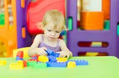 Barn som spelar med ljusa plast- konstruktionskvarter Arkivbilder