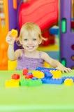 Barn som spelar med ljusa plast- konstruktionskvarter Royaltyfri Foto