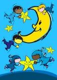 Barn som spelar med månen Arkivfoton