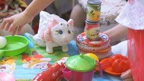 Barn som spelar med plast- bordsservis stock video