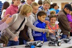 Barn som spelar med robotar Arkivbilder