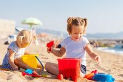 Barn som spelar med sand royaltyfria bilder