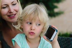 Barn som spelar med smartphonen Royaltyfria Foton