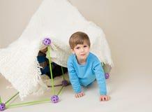 Barn som spelar med tältet, fort royaltyfria bilder