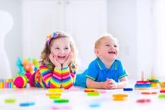 Barn som spelar med träleksaker Arkivbild
