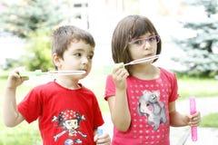 Barn som spelar med tvålballonger Royaltyfri Bild