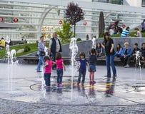 Barn som spelar med vatten Fotografering för Bildbyråer