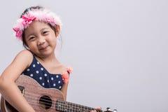 Barn som spelar musik/barnet som spelar musikbakgrund Arkivfoto