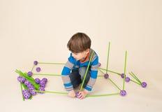 Barn som spelar och bygger ett fort royaltyfria foton
