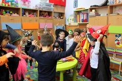 Barn som spelar på allhelgonaafton Royaltyfri Bild